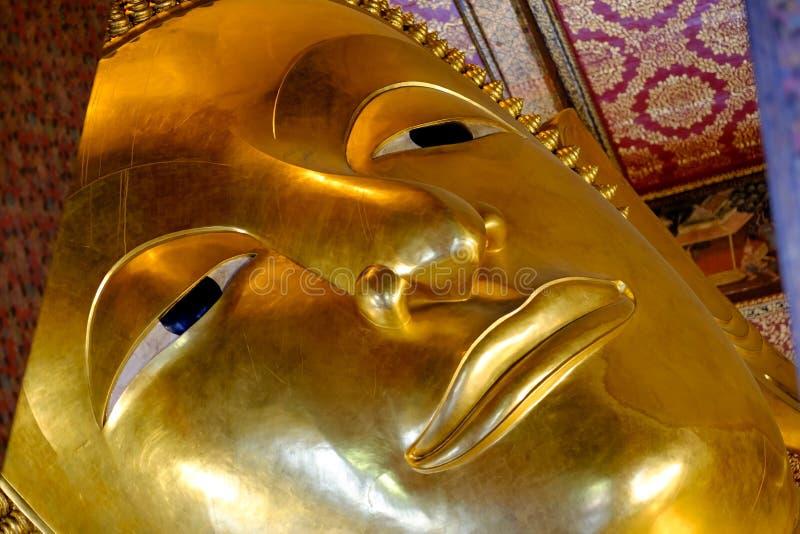 Bangkok, Tailandia - October29, 2017: Statua adagiantesi dell'oro di Buddha al tempio Wat Pho fotografia stock libera da diritti
