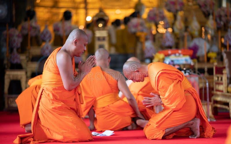 Bangkok, Tailandia - 5 ottobre 2017: Cerimonia religiosa dei monaci buddisti che prega davanti all'immagine di Buddha nel tempio  immagine stock libera da diritti