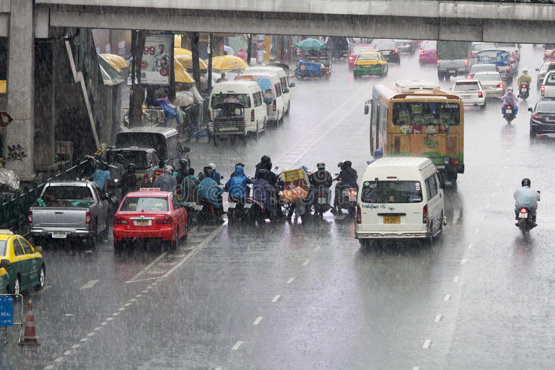 BANGKOK, TAILANDIA - 11 ottobre: Motociclisti che riparano dai torr fotografie stock