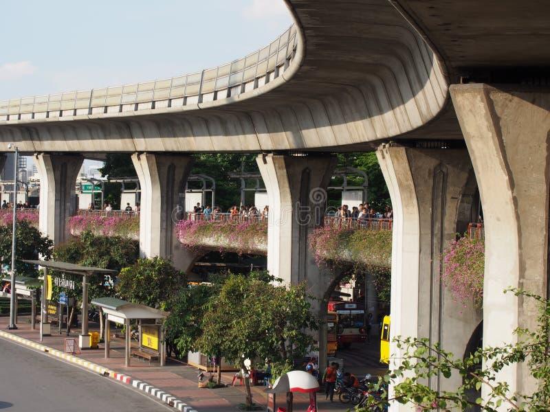 BANGKOK, TAILANDIA - Railroad para el tren de cielo en el monumento de la victoria el 20 de septiembre de 2014 fotografía de archivo libre de regalías