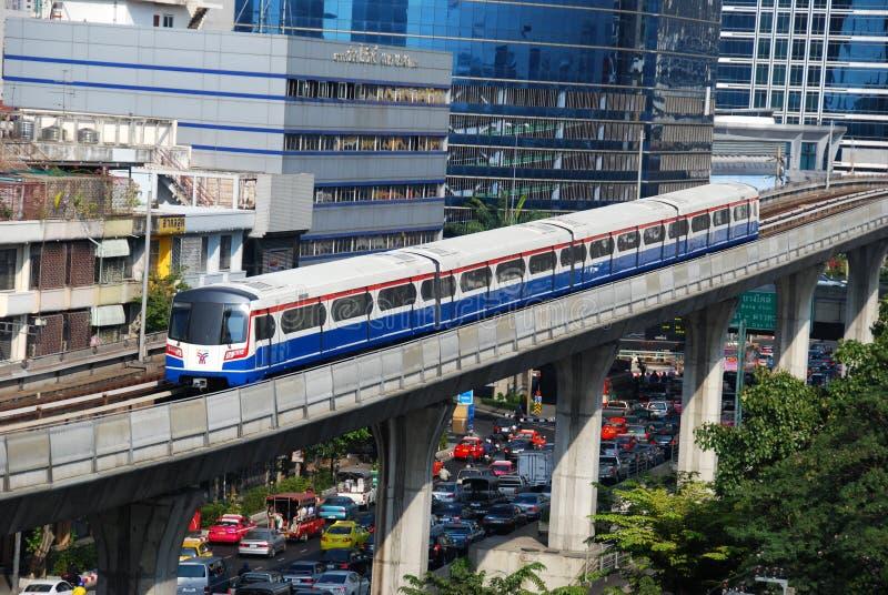 Bangkok, Tailandia: Riga Skytrain di Silom immagine stock