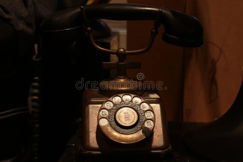 Bangkok Tailandia septiembre de 2018: Los años 30 antiguos originales del teléfono del cobre de KTAS con el receptor de la baquel fotografía de archivo