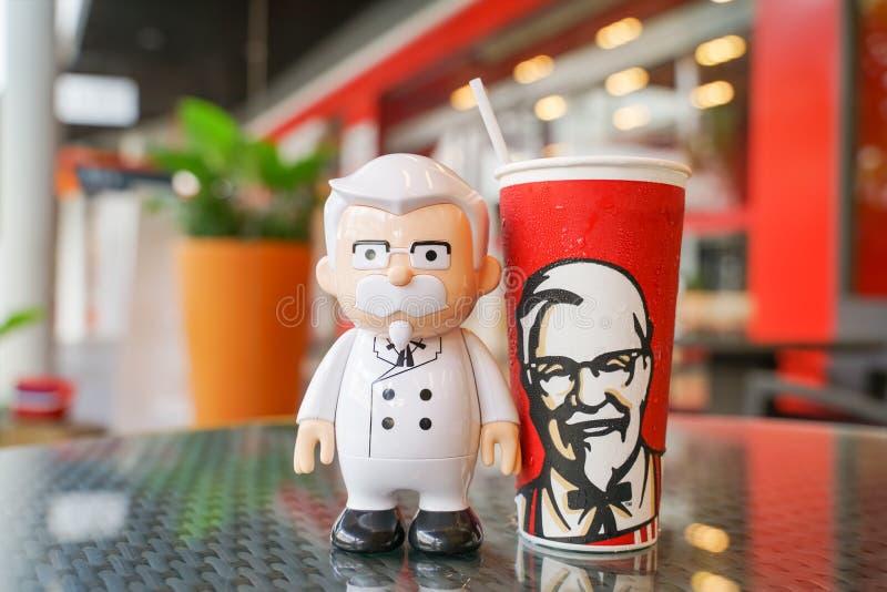 BANGKOK, TAILANDIA septiembre 21,2018: Muñeca de coronel Harland Sanders con la bebida fría imagen de archivo