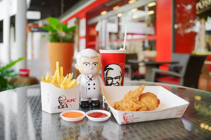 BANGKOK, TAILANDIA septiembre 21,2018: Muñeca de coronel Harland Sanders con la bebida fría imagen de archivo libre de regalías