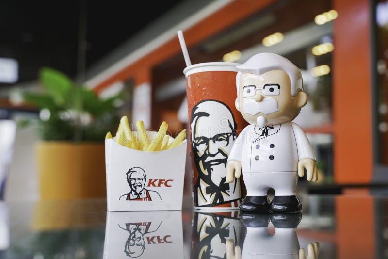 BANGKOK, TAILANDIA septiembre 21,2018: Muñeca de coronel Harland Sanders con la bebida fría y francés fritos delante de restauran imagenes de archivo