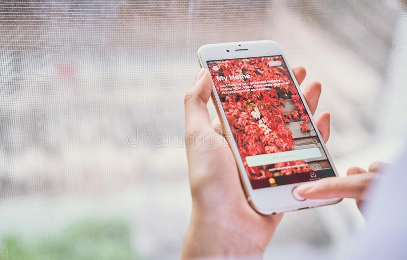 Bangkok, Tailandia - 6 settembre 2017: la mano sta premendo la mia casa app per Iphone sull'IOS 10 La nuova casa app vi lascia ac immagini stock