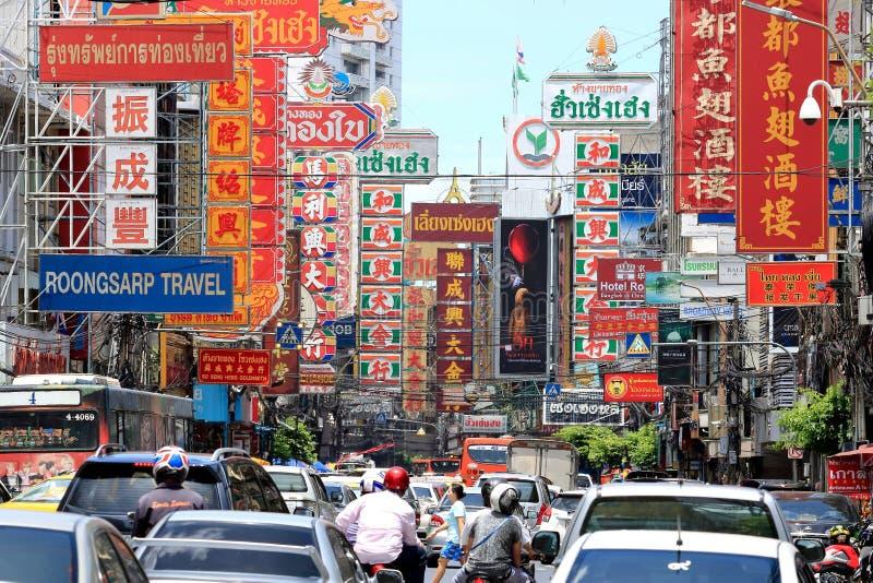 Bangkok, Tailandia - 3 settembre 2017: Segni del deposito sulla strada di Yaowarat o del fuoco selettivo di Chinatown sul segno fotografia stock libera da diritti