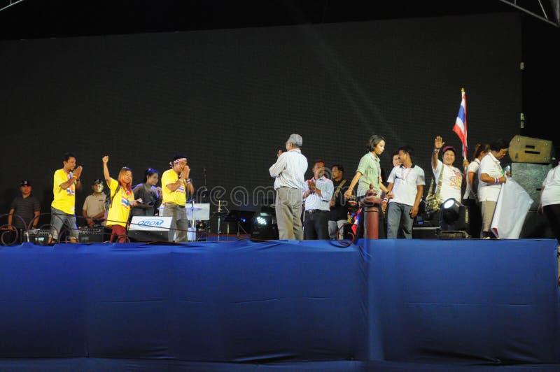 Bangkok/Tailandia - 03 05 2014: Suthep Thaugsuban pronunciar un discurso y recibe donaciones en Lumphini imagen de archivo libre de regalías