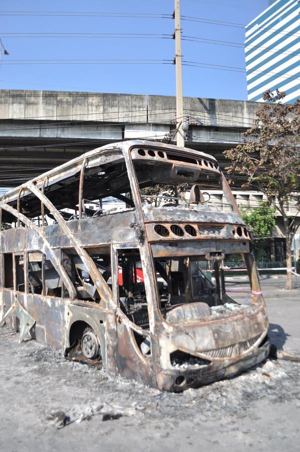 Bangkok/Tailandia - 12 02 2013: Un bus e due furgoni ottenuti insieme su fuoco sulla strada di Ramkhamhaeng fotografia stock libera da diritti