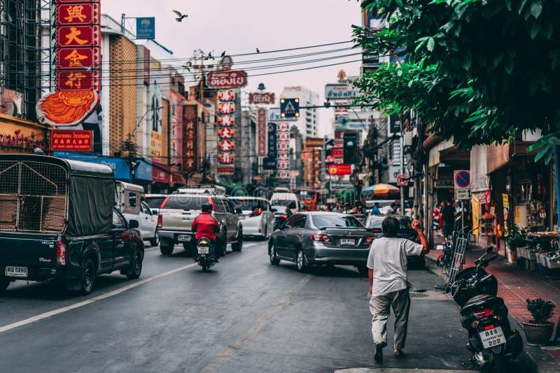 Bangkok, Tailandia, 12 14 18: Vida en las calles de Chinatown en la capital Precipitación agitada en las calles fotos de archivo