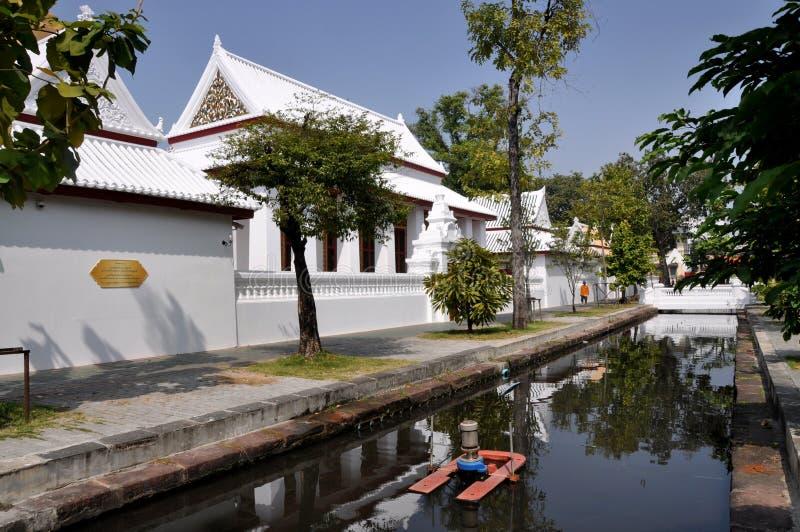 Bangkok, Tailandia: Wat Boworniwet & canale immagine stock libera da diritti