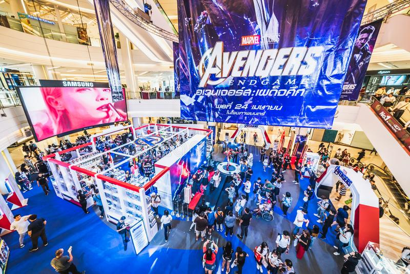 Bangkok Tajlandia, Apr, - 25, 2019: Zat?oczeni ludzie ucz?szcza m?ciciela Endgame powystawowy budka w centrum handlowym zdjęcie stock