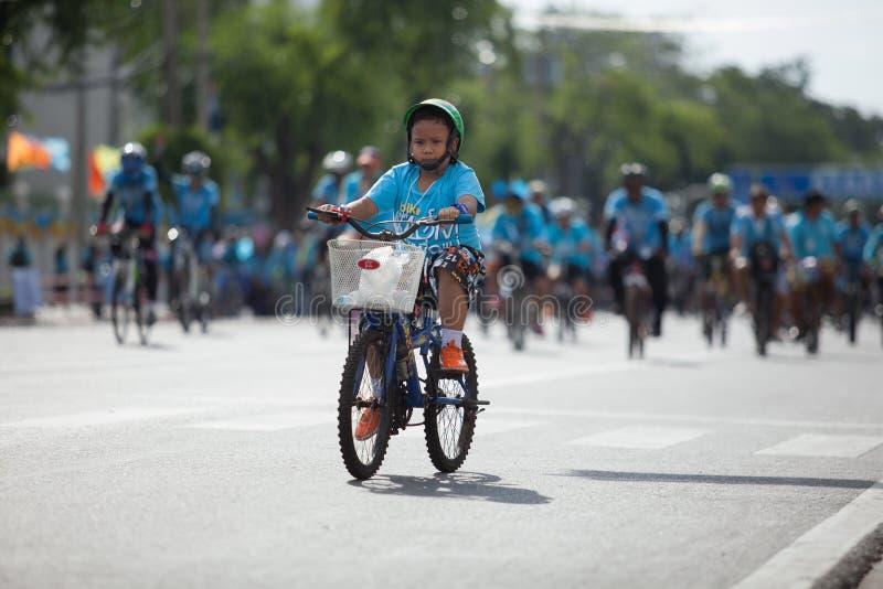 BANGKOK TAJLANDIA: AUGUST16: tajlandzcy dzieci jedzie bicykl wewnątrz zdjęcia royalty free