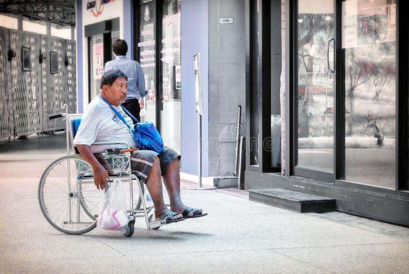 BANGKOK TAJLANDIA, CZERWIEC, - 16: Bezimienny niepełnosprawny starszy pacjent rusza się wokoło w wózku inwalidzkim w Vajira szpit obrazy stock