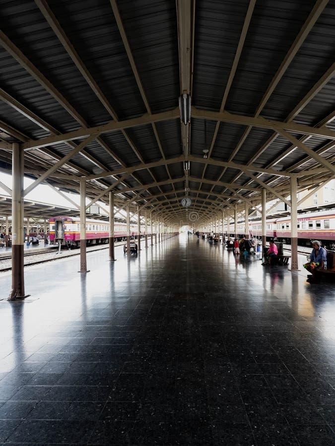 BANGKOK TAJLANDIA, CZERWIEC 7 2019 -, dworzec Hua Lamphong, ludzie żyć fotografia royalty free