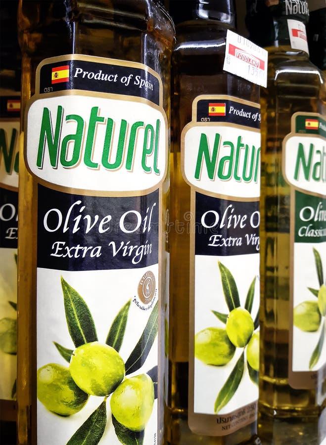 BANGKOK TAJLANDIA, CZERWIEC, - 23: Hiszpania eksportował Naturel oliwę z oliwek dostępną na półkach Foodland supermarket w Bangko fotografia stock