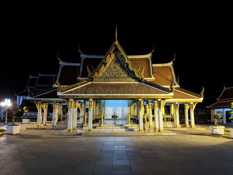 Bangkok, Tajlandia - 4 2019 Czerwiec: Maha Chetsadabodin Królewskiego pawilonu o Trimuk pałac nocy widok z dużo zaświeca obrazy stock