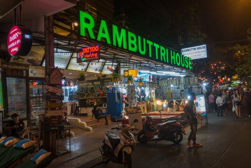 BANGKOK TAJLANDIA, Grudzień, - 23, 2017: Rambuttri aleja przy nocą, popularna karmowa ulica blisko do Khaosan drogi i sławny okrę obrazy stock