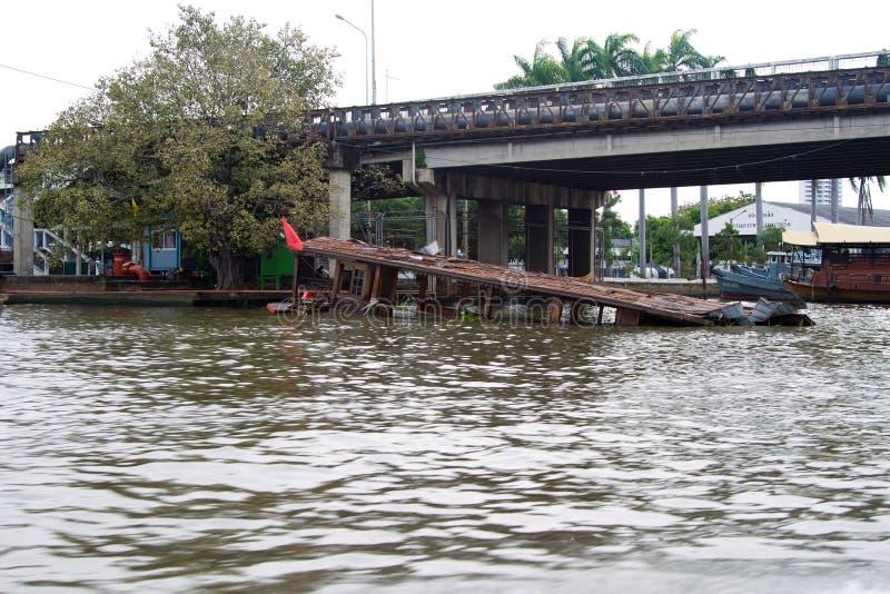 BANGKOK TAJLANDIA, GRUDZIEŃ, - 20, 2010: Rzeka w Bangkok i zapadniętym statku, zanieczyszczenie obraz stock