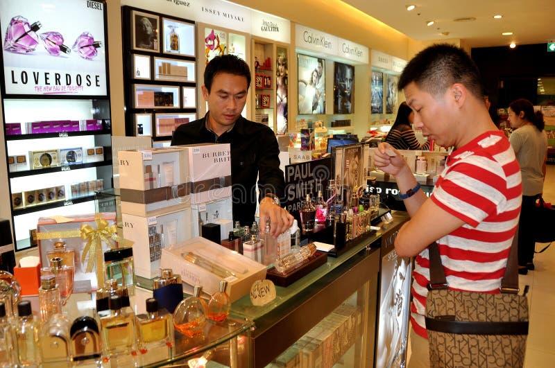 Download Bangkok, Tajlandia: Klient Probiercza Woń Obraz Stock Editorial - Obraz: 28587224