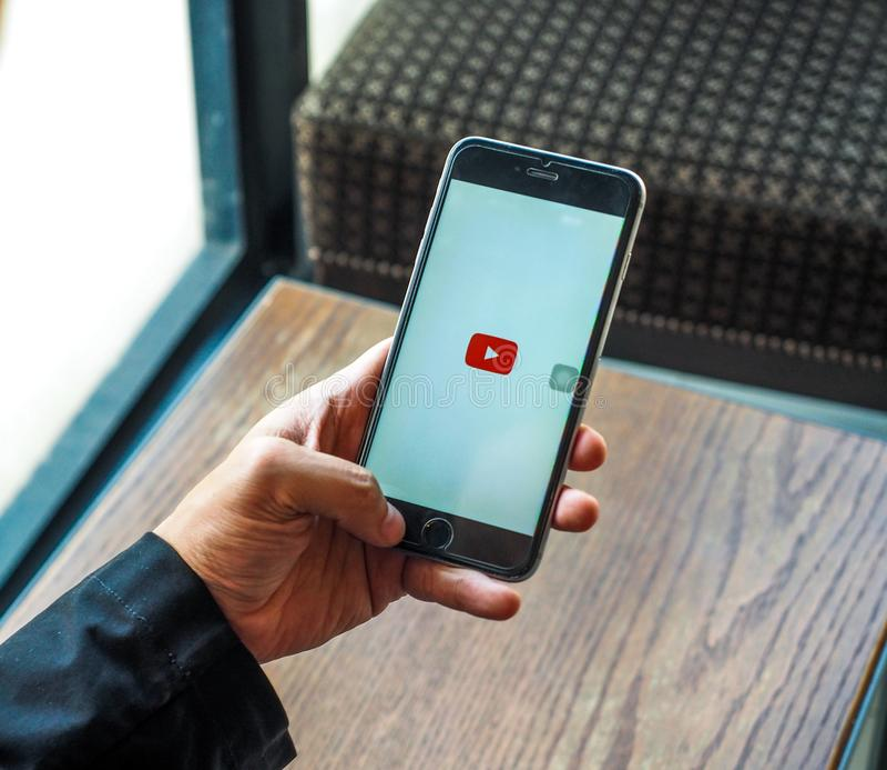 BANGKOK TAJLANDIA, Kwiecień, - 18,2017: Smartphone z YouTube app na parawanowym YouTube jest popularnym onlinym udzielenia stroną zdjęcia royalty free