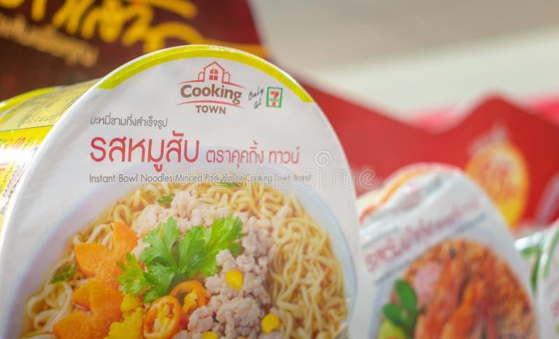 BANGKOK TAJLANDIA, KWIECIEŃ, - 24: 7-Eleven wyłącznie oznakujący «Gotujący Grodzkich «natychmiastowych kluski zaopatrujących na p fotografia royalty free