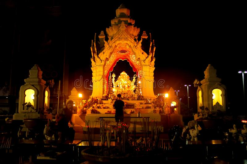 Bangkok Tajlandia, Kwiecień, - 28, 2014 Obsługuje modlenie przy ołtarzem cześć Ganesha w mieście Bangkok obraz royalty free