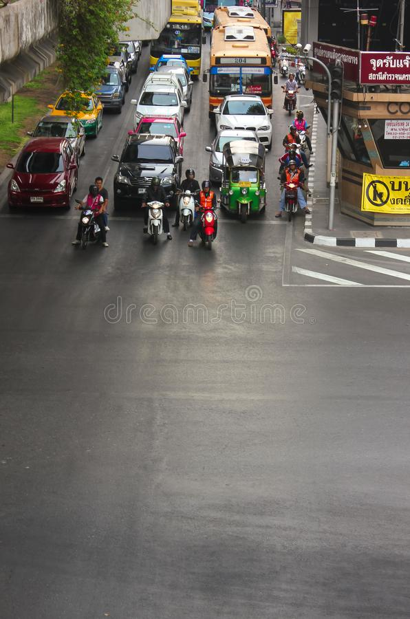 Bangkok Tajlandia, Kwiecień, - 31, 2014 Samochody i motocykle po środku ruchu drogowego czekać na światła ruchu w mieście zdjęcie royalty free