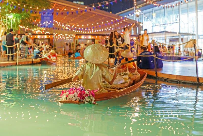 Bangkok, Tajlandia, Kwiecień/- 12 2018: sztuczny spławowy rynek, ludzie sprzedaje w łodzi przy Songkarn jarmarkiem, królewiątko w obrazy stock
