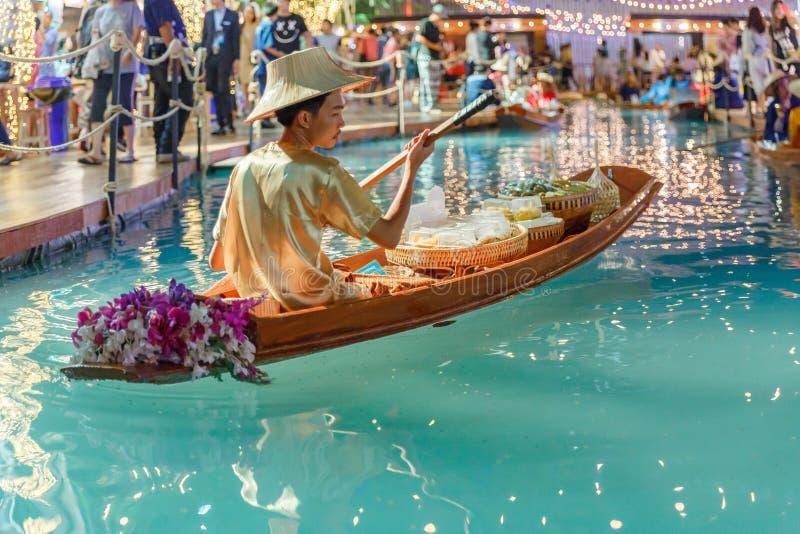 Bangkok, Tajlandia, Kwiecień/- 12 2018: sztuczny spławowy rynek, ludzie sprzedaje w łodzi przy Songkarn jarmarkiem, królewiątko w obraz stock