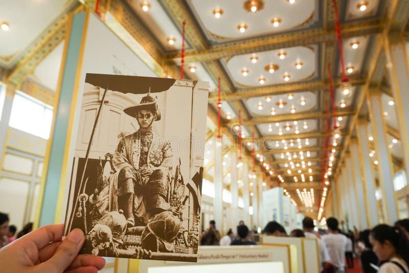 Bangkok Tajlandia, Listopad, - 10, 2017: Gościa mienia pocztówka w Królewskiej Crematorium wystawie królewiątko Bhumibol Adulyade fotografia royalty free