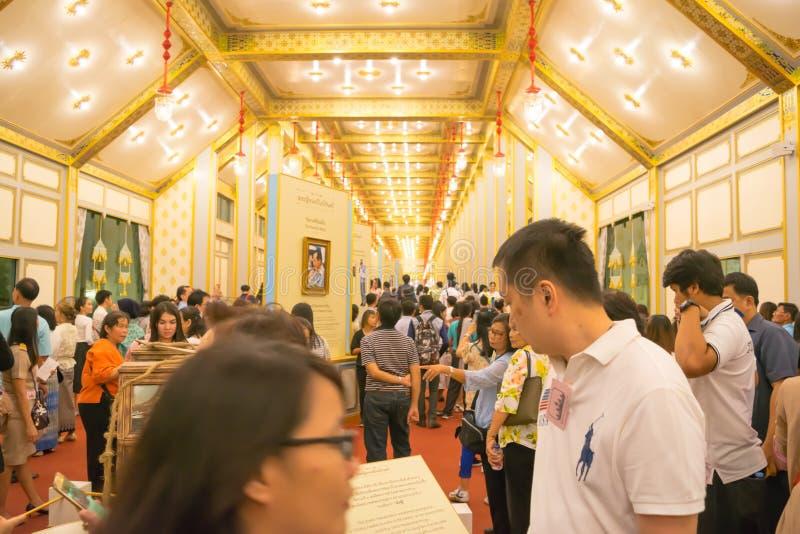 Bangkok Tajlandia, Listopad, - 28, 2017: Niezidentyfikowani ludzie przychodzący odwiedzać Królewską wystawę HM i Crematorium opóź zdjęcie royalty free