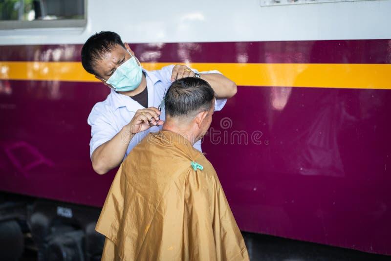 BANGKOK, TAJLANDIA LISTOPAD 1 2018: Ochotniczy fryzjery męscy dają swobodnie fotografia stock