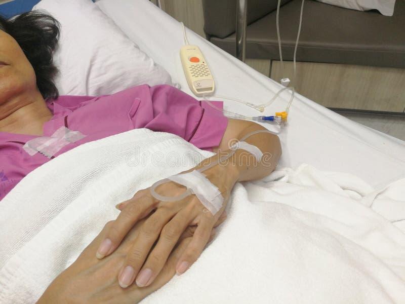 Bangkok Tajlandia, Listopad 17 2018, wieka średniego pacjent kłaść wewnątrz zdjęcie stock