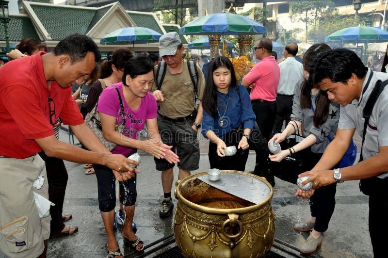 Bangkok, Tajlandia: Ludzie przy Erawan świątynią obraz royalty free