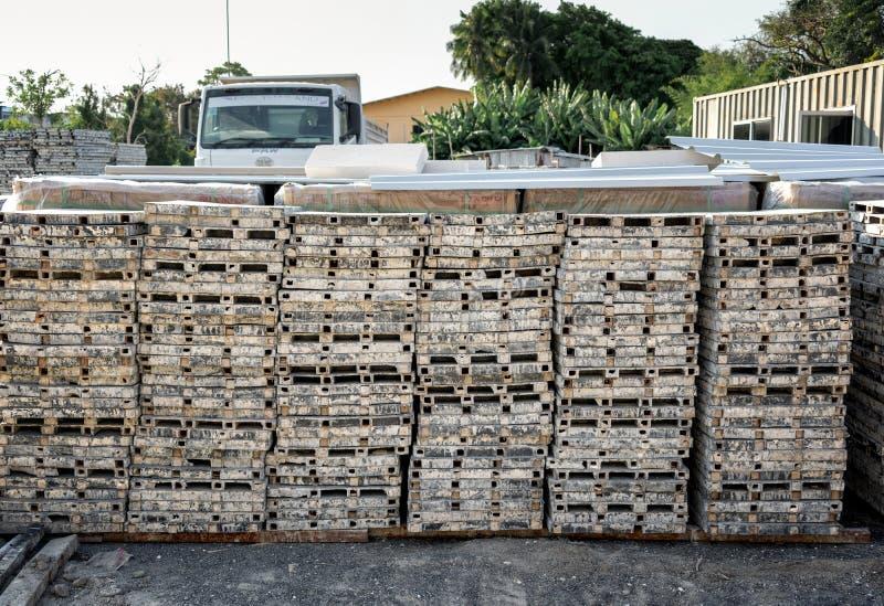 BANGKOK TAJLANDIA, MAJ, - 05: Stalowe zbrojone cement płytki brogować na budowie na Chau Sua 69 w Bangkok na Maju 05, 2019 zdjęcie stock