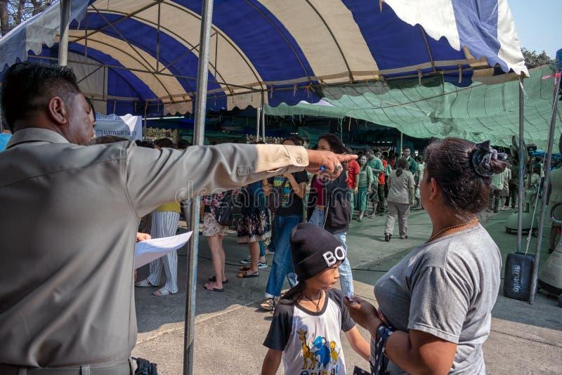 BANGKOK TAJLANDIA, MARZEC, - 17: Cywilny pracownik pomaga mieszkanów poprawna linia stać w kolejce dla wybory w NongKhaem Gromadz obrazy stock