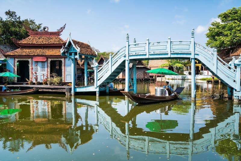 BANGKOK TAJLANDIA, MARZEC, - 10,2017: Kobieta na łodziach przy unosić się ma zdjęcie stock