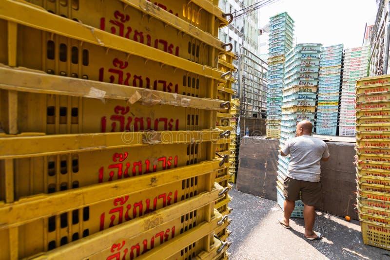 Bangkok Tajlandia, Marzec, - 2019: m??czyzna pustych plastikowych skrzynek przy targow? ulic? roz?adunek zdjęcia royalty free