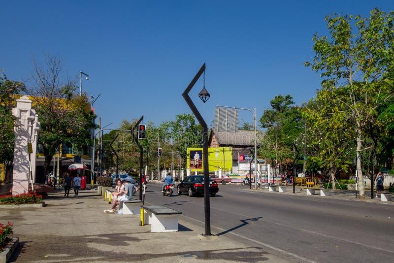 BANGKOK, TAJLANDIA, MARZEC 06, 2018: Plenerowy widok niezidentyfikowani ludzie chodzi i niektóre transport, samochody, i fotografia stock