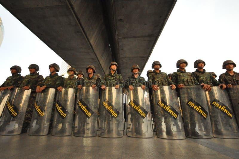 Bangkok, Tajlandia/- 05 24 2014: Milicyjny i wojsko bierzemy kontrola Bladą Pathum zdjęcia royalty free