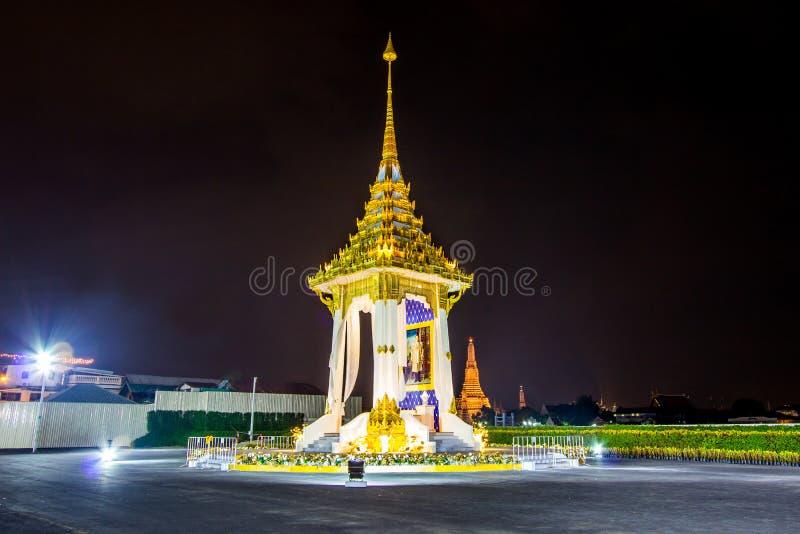 Bangkok, Tajlandia na November13,2017: Nocy scena replika Królewski Crematorium dla Królewskiej kremaci jego wysokość królewiątko zdjęcie stock