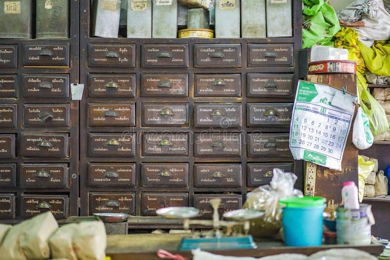 BANGKOK, TAJLANDIA - 15 Nov, 2018: Środowisko Lokalnego rocznika ziele Tajlandzki sklep który przygotowywa dla custormer kupować obrazy stock