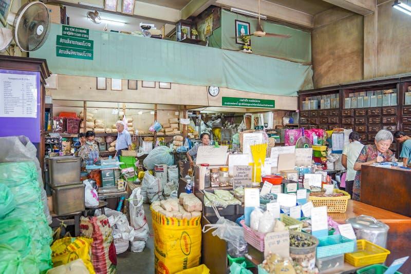 BANGKOK, TAJLANDIA - 15 Nov, 2018: Środowisko Lokalnego rocznika ziele Tajlandzki sklep który przygotowywa dla custormer kupować obraz royalty free