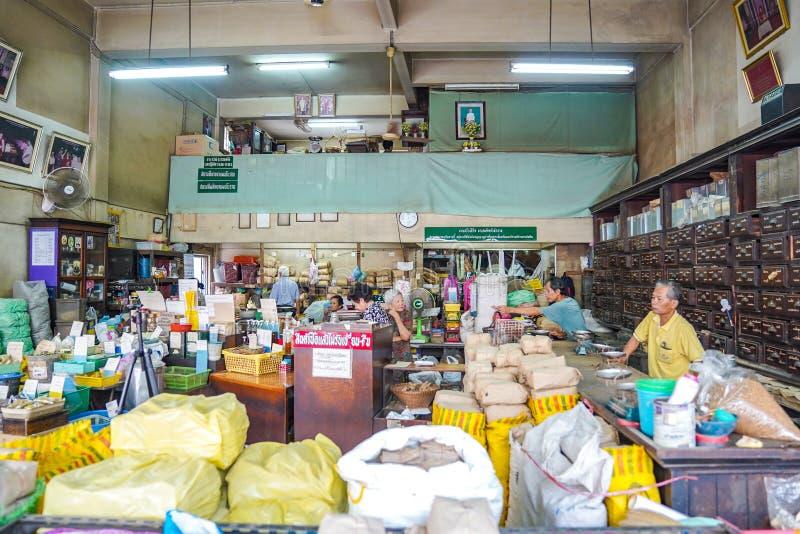 BANGKOK, TAJLANDIA - 15 Nov, 2018: Środowisko Lokalnego rocznika ziele Tajlandzki sklep który przygotowywa dla custormer kupować fotografia stock