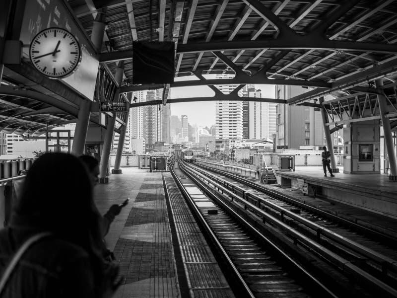 BANGKOK TAJLANDIA, Październik, - 6, 2018: BTS nieba pociągu pusta stacja w Bangkok Tajlandia Czarny i biały brzmienie fotografia royalty free