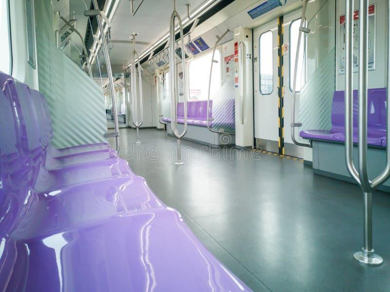 Bangkok, Tajlandia - 26 2018 Październik: Czyści wśrodku samochodu MRT Purpurowej linii MRT Porcja turyści między zachodnim przed fotografia royalty free
