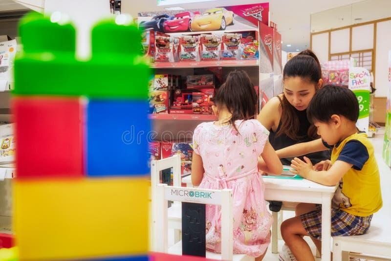 BANGKOK TAJLANDIA, PAŹDZIERNIK, - 29: Młoda matka bawić się MICROBRIK, obrazy stock