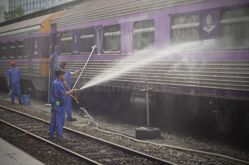 BANGKOK TAJLANDIA, Październik 2015 -: Pracownicy myją pociąg przy Bangkok stacją kolejową (Hua Lamphong w Tajlandzkim języku) zdjęcie stock