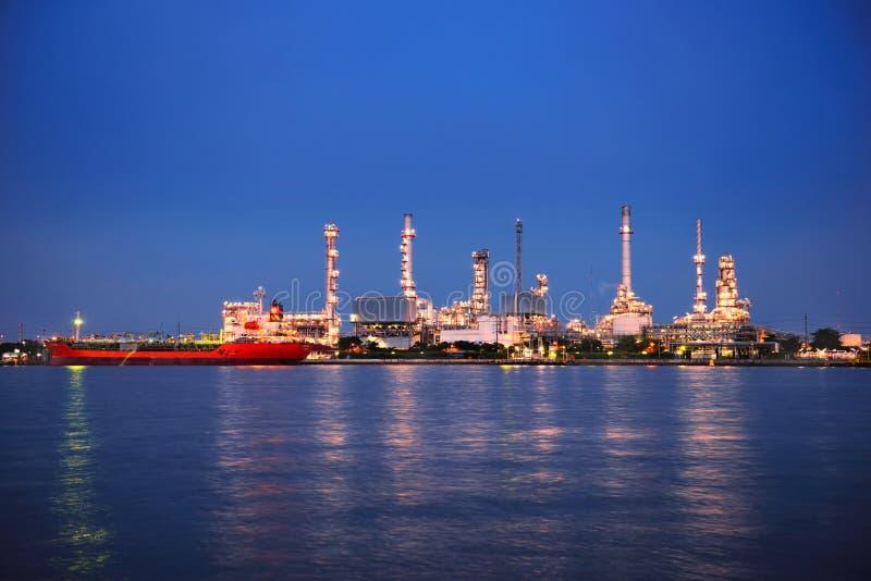 BANGKOK TAJLANDIA, SIERPIEŃ, - 13, 2017: Bangchak rafineria ropy naftowej przy zmierzchem obrazy stock